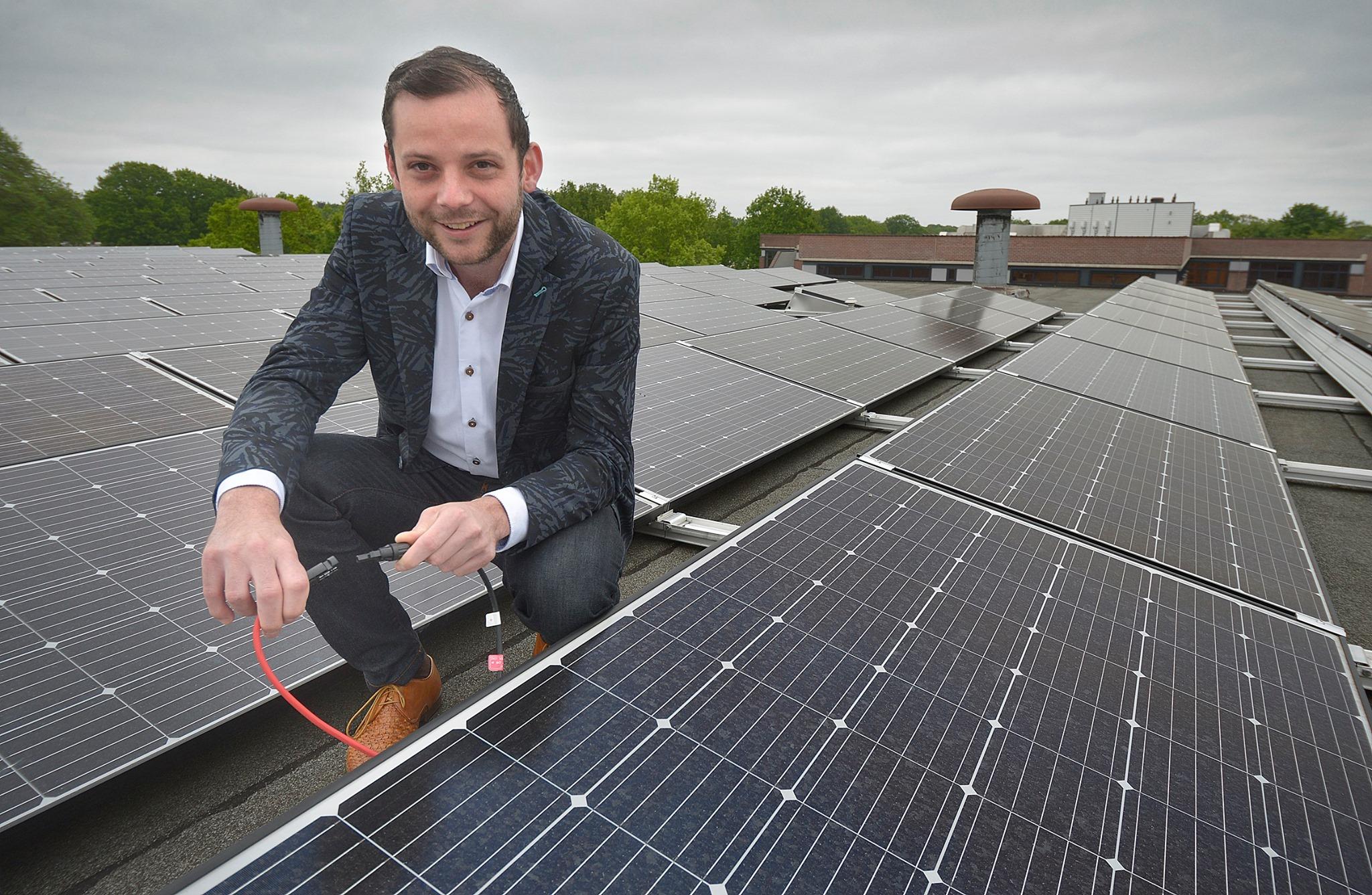 Wedhouder René van der Weide sluit zonnepanelen aan.